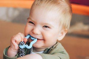 Bebés que rechinan los dientes